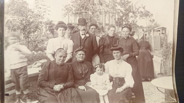 Photo d'époque prise avec la chambre dans le jardin de ma grand-mère!