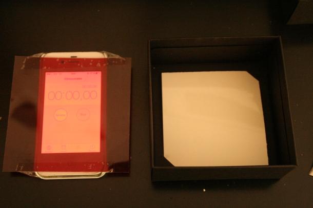"""""""Lumière rouge"""" et comment mettre son papier sensible dans le fond de la boîte du sténopé"""