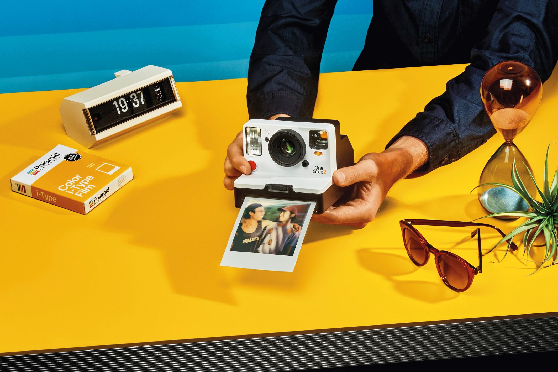 Connaissez-vous Polaroid  Bien entendu! Les fameux pola que nous agitions  frénétiquement quand nous étions enfants et dont les couleurs  disparaissaient ... 1b93bc3f2f1d